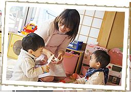 患者さんの子供と遊ぶ保育士